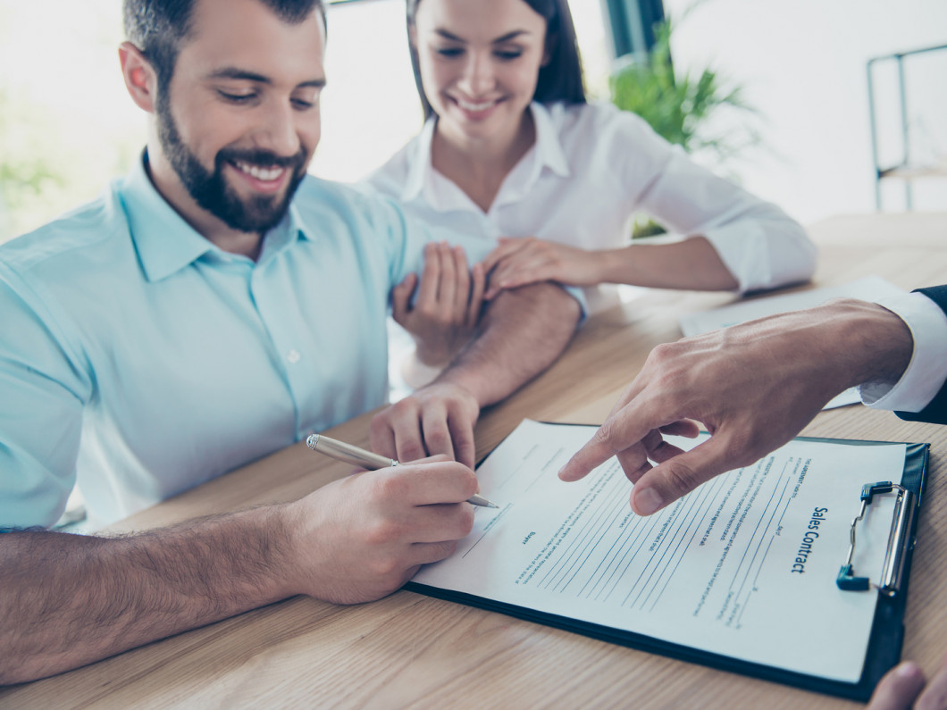 A lease lawyer in New York, NY lease drafting with a client